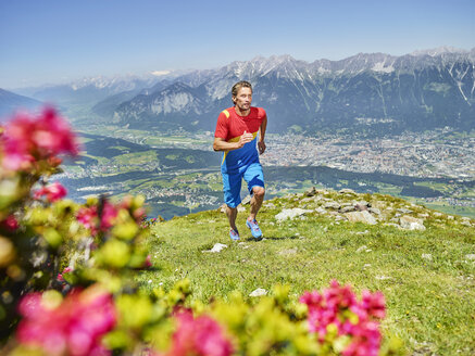 Austria, Tyrol, Trail runner at Patscherkofel - CVF00782