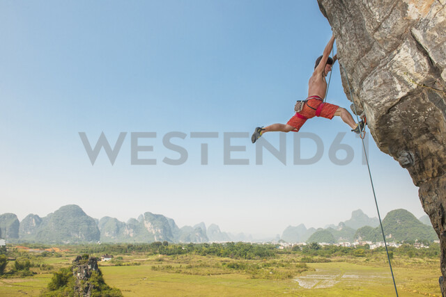 Male climber hanging from the Egg - a limestone cliff in Yangshuo, Guangxi Zhuang, China - CUF29952 - Henn Photography/Westend61