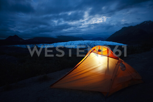 USA, Alaska, illuniated tent at Matanuska Glacier - CVF00814 - Christian Vorhofer/Westend61