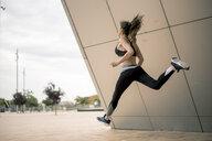 Sportive woman jumping - ACPF00033