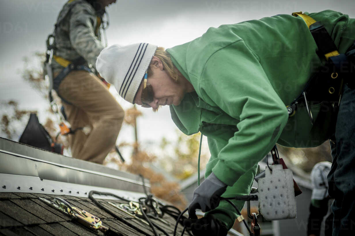 Construction crew installing solar panels on a house - ISF10230 - heshphoto/Westend61