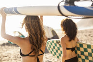 Girlfriends going surfing - ISF10257