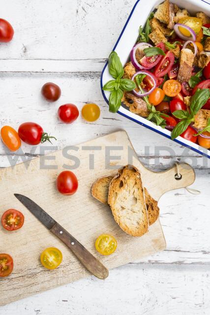 Panzanella made of roasted Ciabatta, rocket, red onions, tomatoes and basil - LVF07093