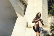 Jogger stretching, Arroyo Seco Park, Pasadena, California, USA - ISF11300
