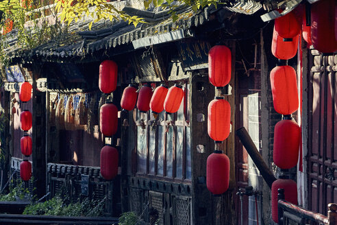 Red paper lanterns hanging from traditional Chinese building, Lijiang, Yunnan, China - ISF11423