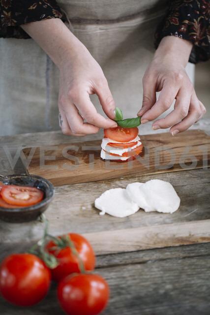 Woman's hands preparing Caprese Salad - ALBF00522 - Alberto Bogo/Westend61