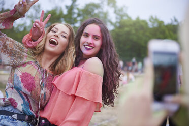 Portrait of happy women at the music festival, photographing - ABIF00624