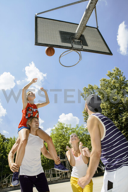 Group of friends having fun playing basketball - CUF33350 - suedhang/Westend61