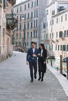 Italy, Venice, happy couple walking in the city - ALBF00574