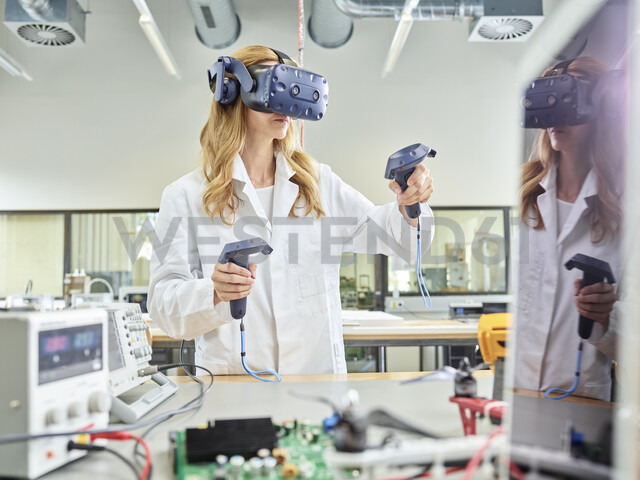 Female technician working with 3D glasses - CVF00881 - Christian Vorhofer/Westend61