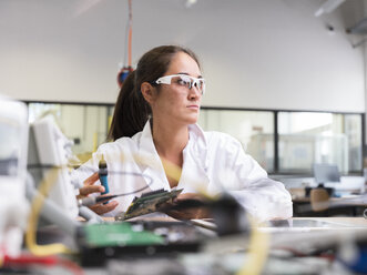 Female technician working in research laboratory - CVF00884