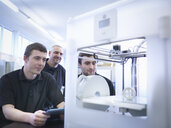 Instructor with apprentices and 3D printing machine - CUF34583