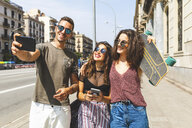 Three happy friends taking a selfie in the city - WPEF00443