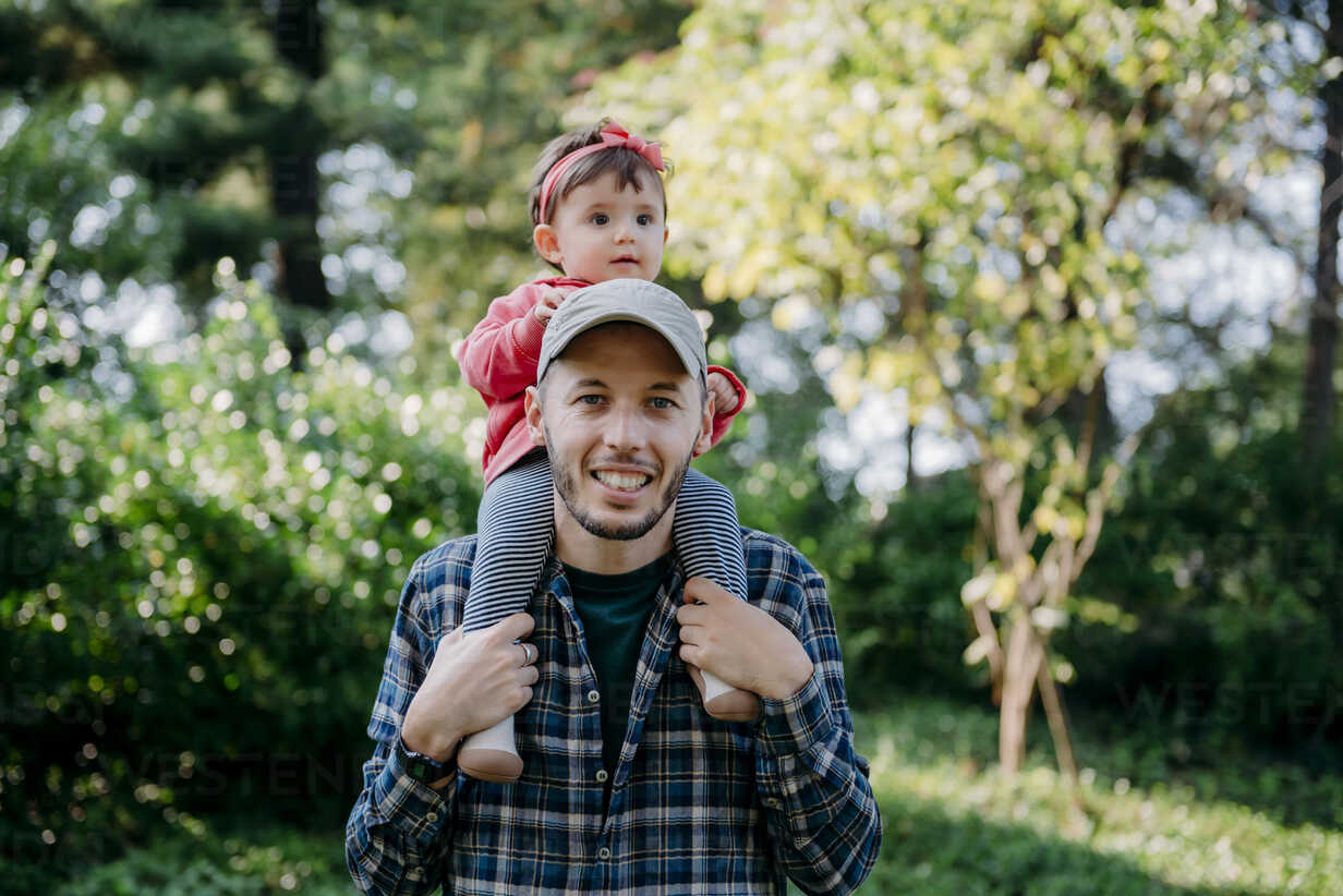 USA, New York, Father with baby girl on his shoulders walking through Central Park - GEMF02096 - Gemma Ferrando/Westend61