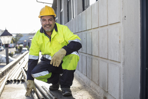 South Africa, Cape Town, Builder with pipes - ZEF15772