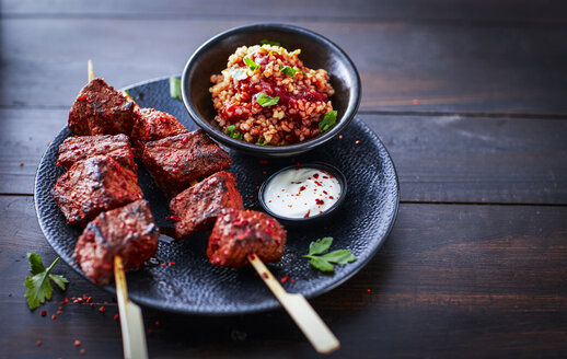 Beefsteak skewers with bulgar salad - KSWF01945