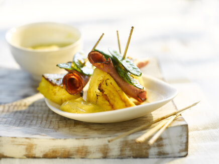 Grilled ananas with ham, sugar peas and curry sauce - KSWF01963