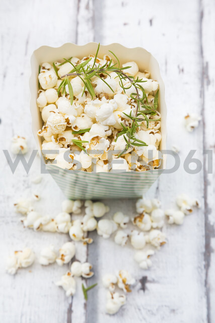 Homemade popcorn with rosemary and parmesan - LVF07196