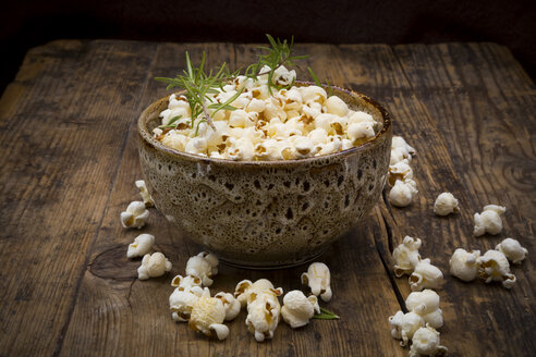Homemade popcorn with rosemary and parmesan - LVF07199