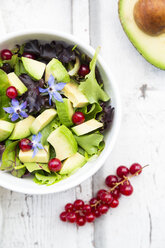 Mixed salad with avocado, red currants and borage blossoms - LVF07210