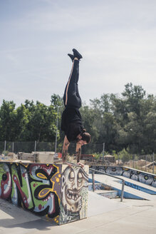 Tattooed man doing handstand in a skatepark - ACP00085
