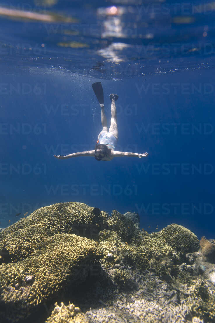 Indonesia, Bali, young woman snorkeling - KNTF01137 - Konstantin Trubavin/Westend61