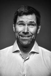 Portrait of smiling man, black and white - MMIF00188
