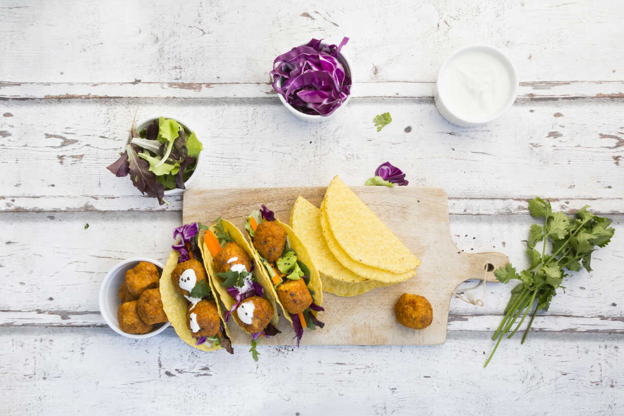 Tacos with mixed salad, sweet patato Falafel, carrot, red cabbage, yoghurt sauce, parsley and black sesame - LVF07228 - Larissa Veronesi/Westend61