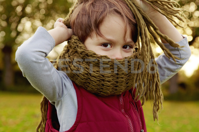 Boy in park, with scarf covering mouth - CUF40526 - Emma Kim/Westend61