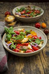 Panzanella made of roasted Ciabatta, rocket, red onions, tomatoes and basil - LVF07269