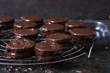 Wagon Wheel Cookies drying on cooling grid - SBDF03641
