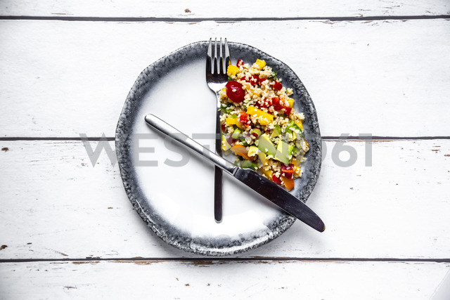 Bulgar salad on round plate, symbol for intermittent  fasting - SARF03844 - Sandra Roesch/Westend61