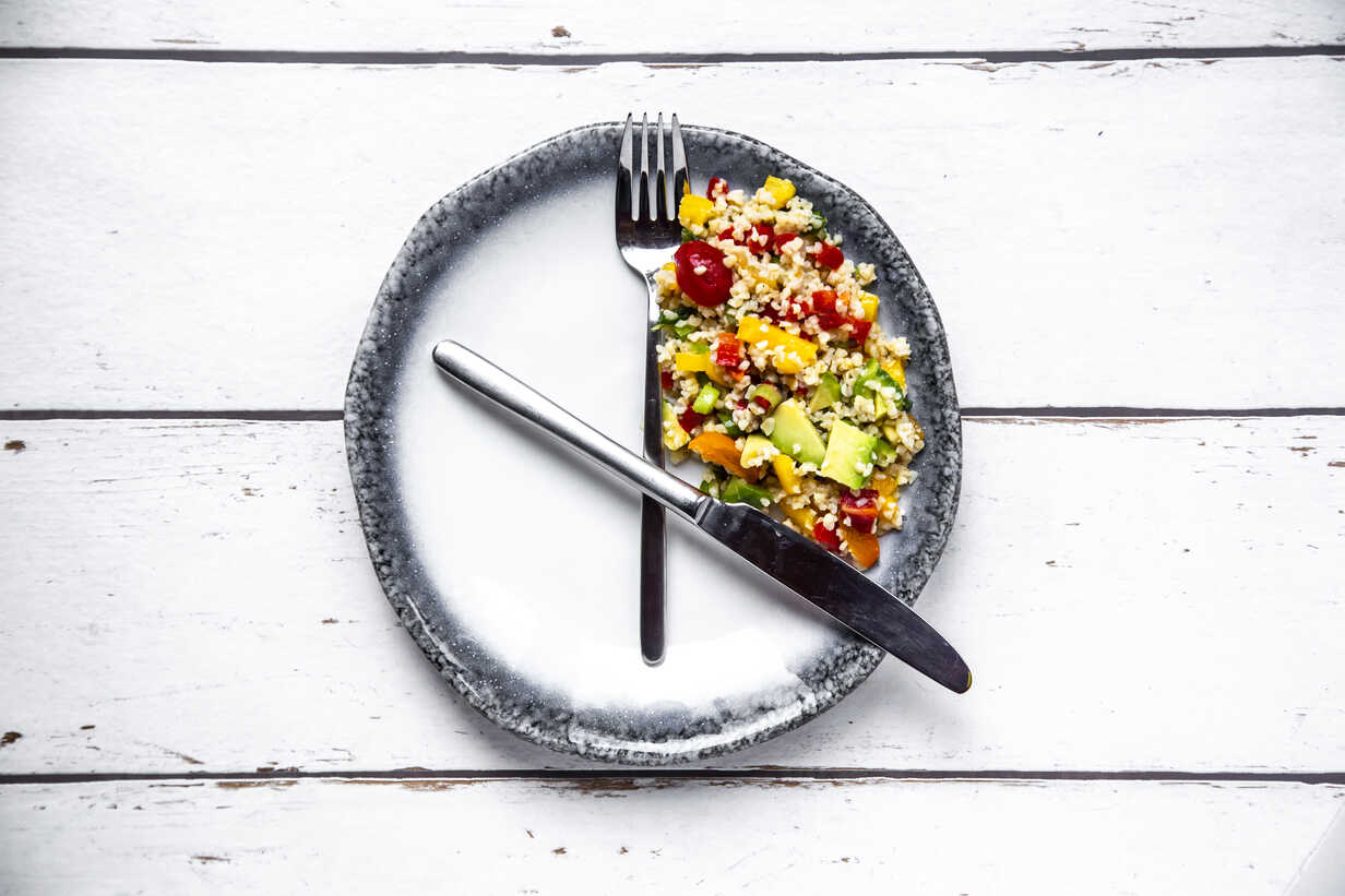 Bulgar salad on round plate, symbol for intermittent  fasting - SARF03844 - Sandra Roesch/Westend61