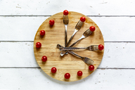 Vegetables on round chopping board, symbol for intermittent  fasting - SARF03858