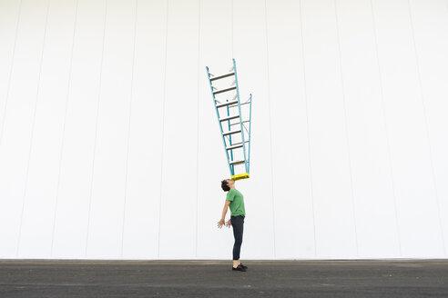 Acrobat balancing ladder on his face - AFVF00933