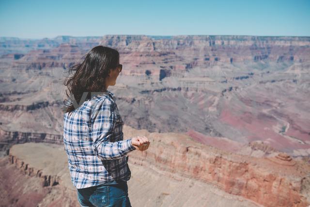 USA, Arizona, Grand Canyon National Park, Grand Canyon, woman looking at view - GEMF02195 - Gemma Ferrando/Westend61