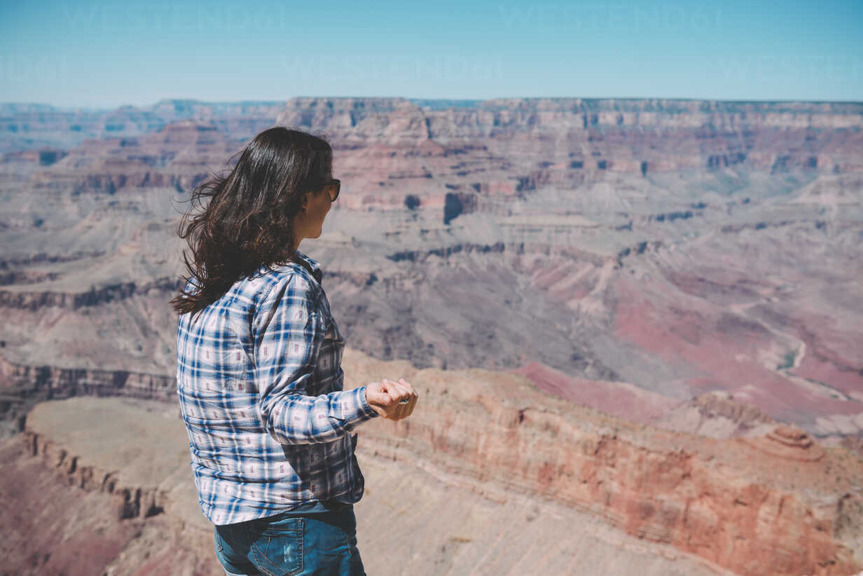 USA, Arizona, Grand Canyon National Park, Grand Canyon, woman looking at view - GEMF02195 - Gemma Ferrando/Westend61