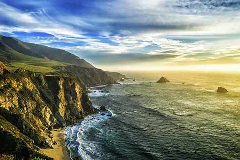 The coastline at Big Sur in California, with steep cliffs and rock stacks in the Pacific Ocean. - MINF01434