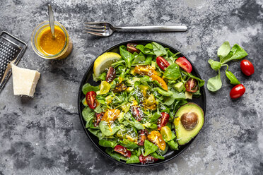 Salad with lamb's lettuce, tomatoes, avocado, parmesan and curcuma lemon dressing - SARF03862