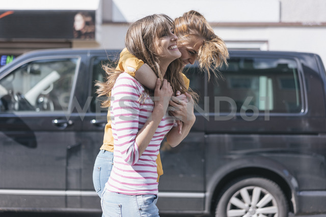 Two girlfriends having fun in the city, embracing - JOSF02339 - Joseffson/Westend61