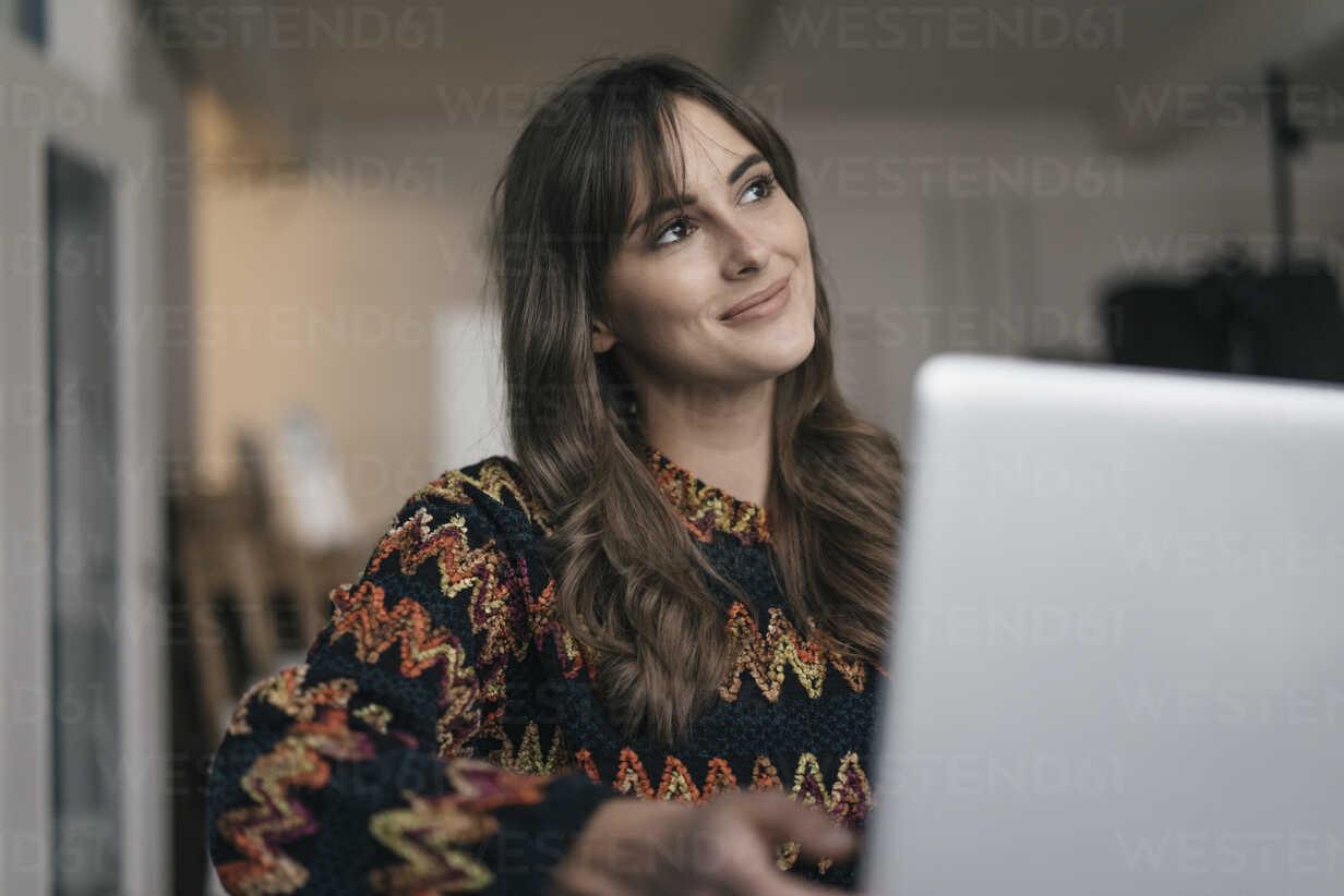 Pretty woman using laptop - JOSF02363 - Joseffson/Westend61