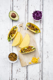 Vegetarian tacos filled with in curcuma roasted chick peas, yellow paprika, avocado, salad and red cabbage - LVF07322
