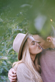 Apple orchard. A couple kissing. - MINF02284