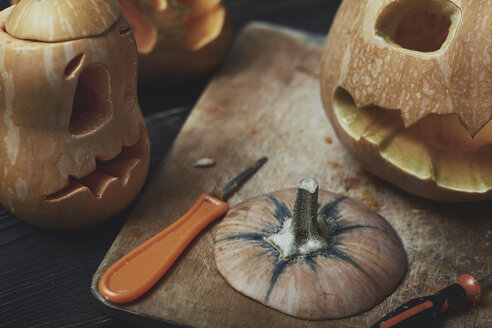 Halloween pumpkins, Jack O'Lanterns, carving knifes - AZF00008