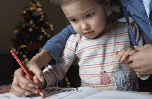 Mother helping her little daughter to draw - AZF00042