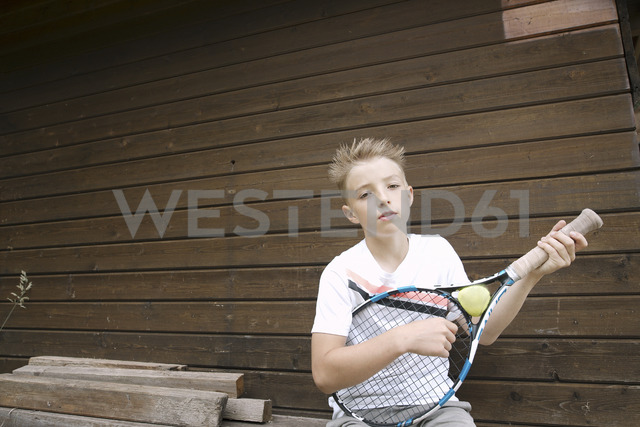 Portrait of blond boy with tennis racket and ball - KMKF00422 - Katharina Mikhrin/Westend61
