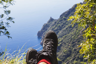 Italy, Liguria, Portofino Peninsula, Hiker resting in the mountains - GWF05597
