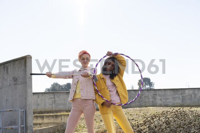 Two alternative friends holding hoola hoop and golf club - AFVF01016