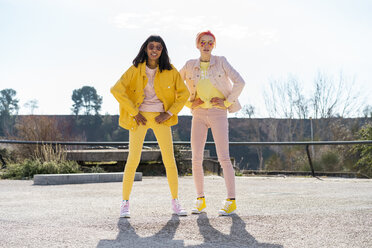 Two alternative friends wearing yellow and pink jeans clothes, posing - AFVF01025