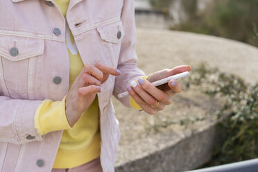 Young woman using smartphone - AFVF01031
